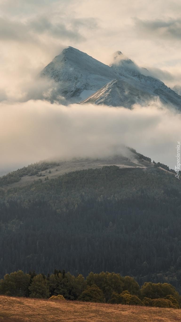 Szczyty gór w chmurach