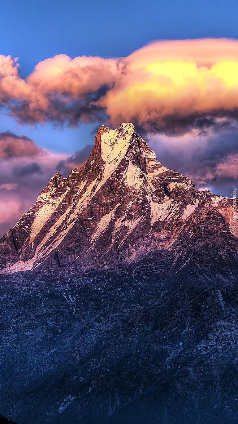 Szczyty Himalajów wyłaniają się z chmur