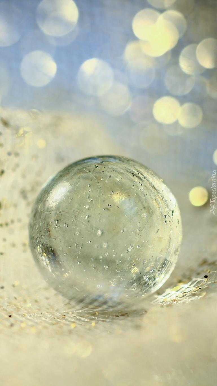 Szklana kula na brokatowej siateczce