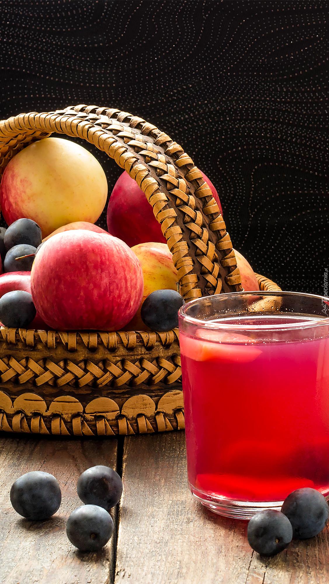 Szklanka kompotu obok kosza z owocami