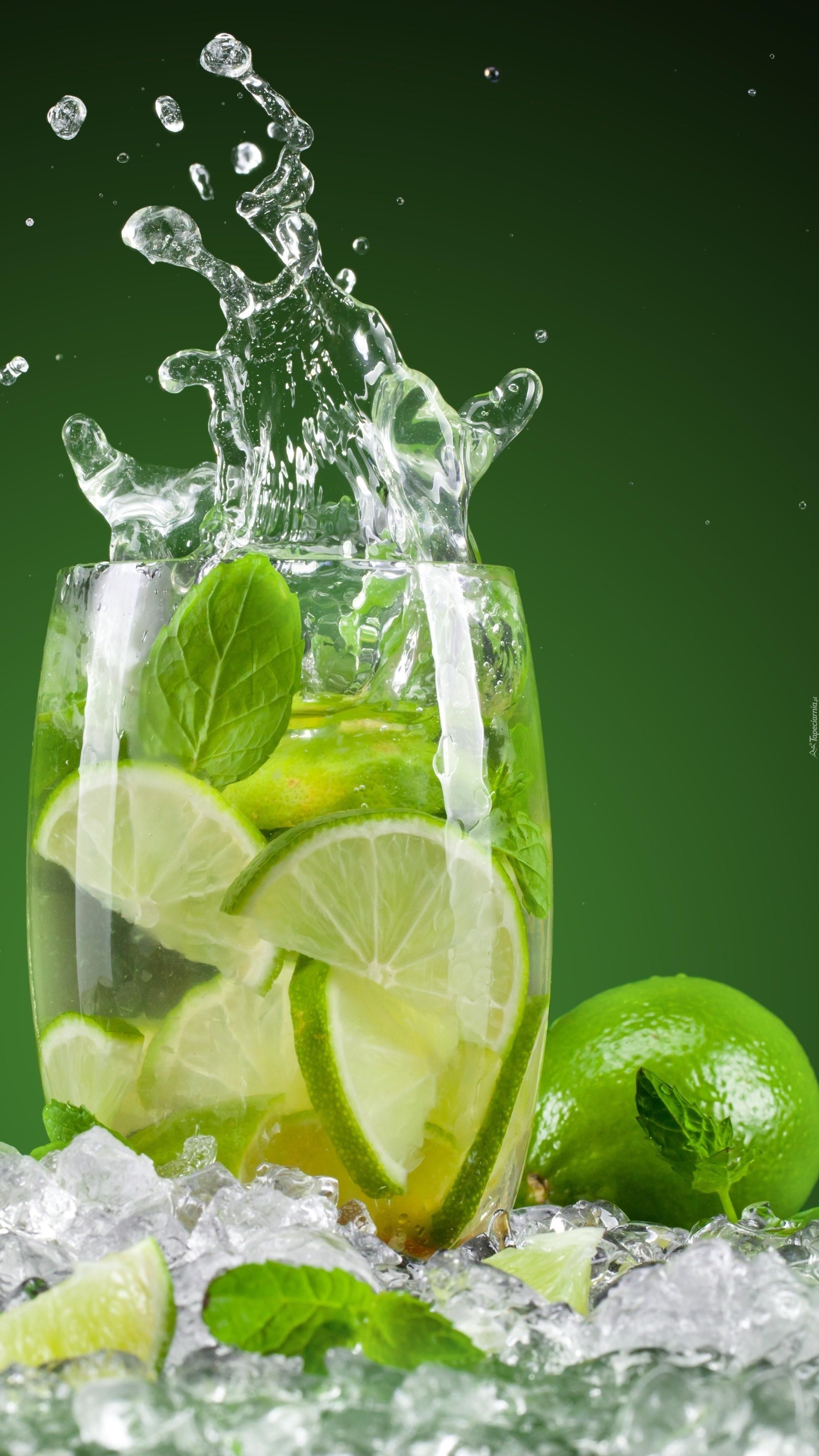 Szklanka lemoniady z limonką w lodzie