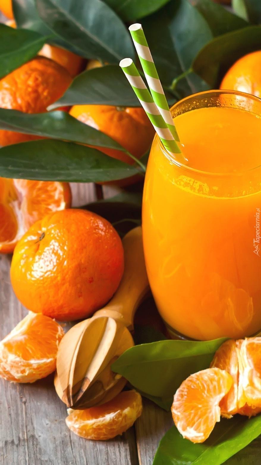 Szklanka soku pomarańczowego ze słomkami