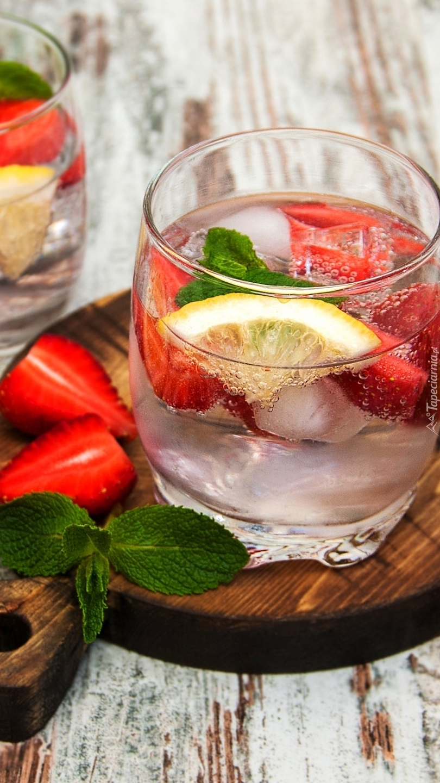 Szklanka wody z cytryną i truskawką