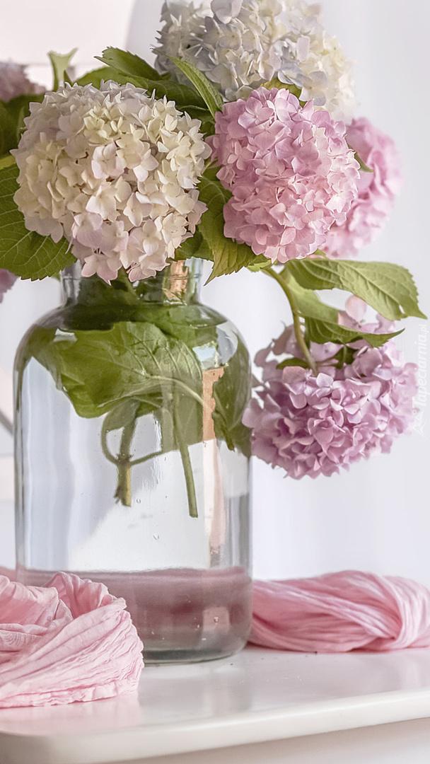 Szklany wazon z bukietem hortennsji