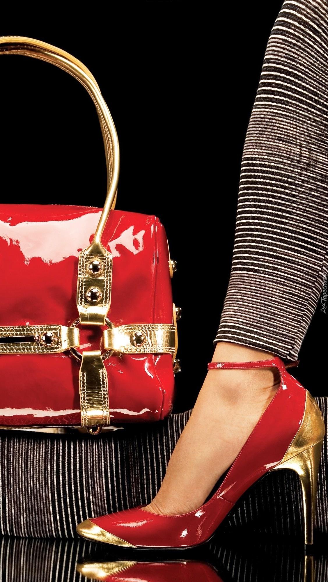 Szpilki i torebka w czerwonym kolorze