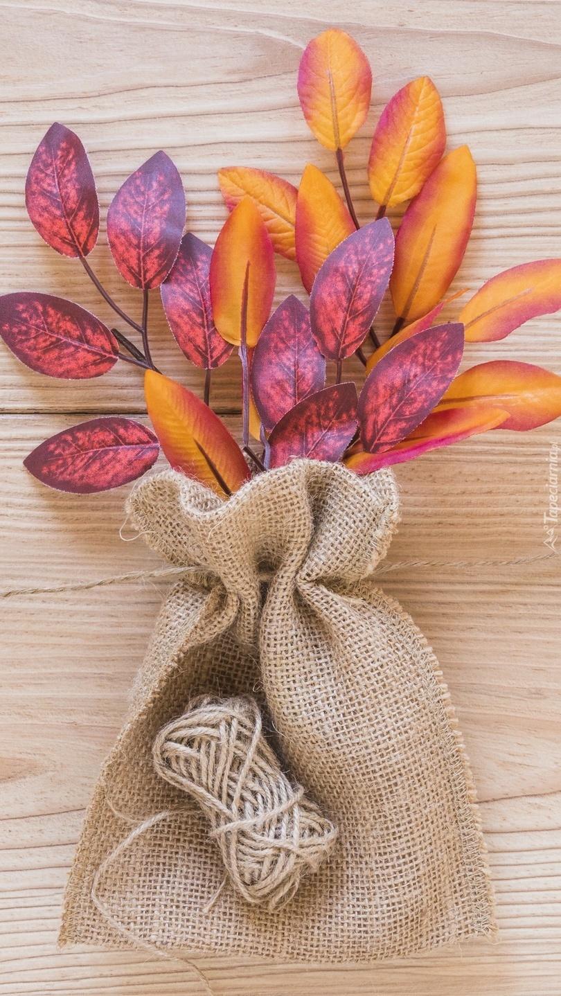 Sztuczne jesienne liście w woreczku
