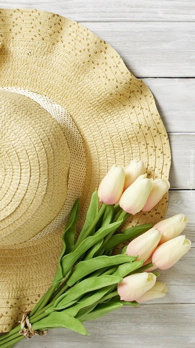 Sztuczne tulipany na kapeluszu