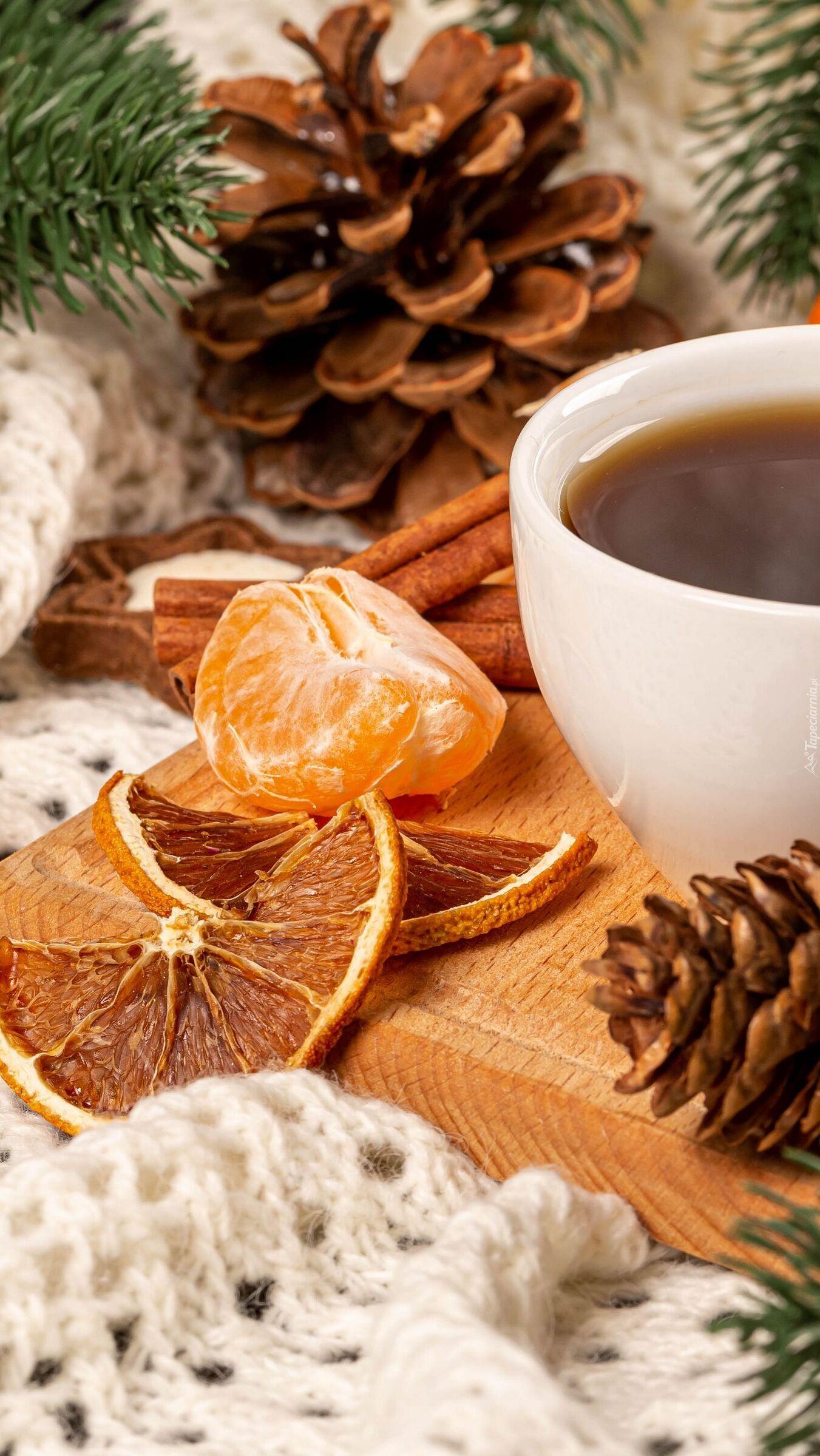 Szyszki obok filiżanki kawy