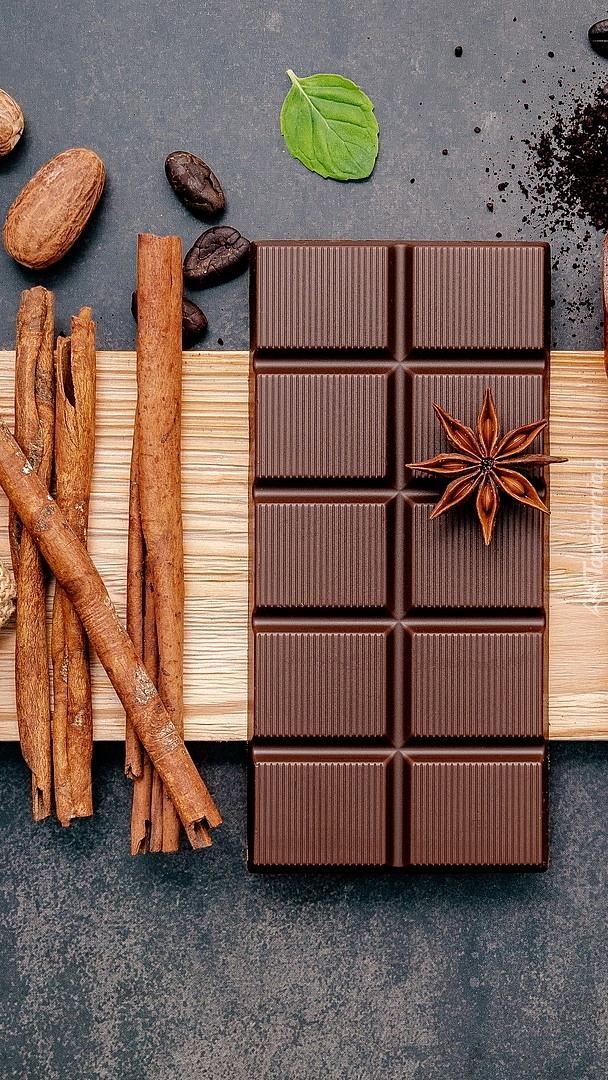 Tabliczka czekolady obok cynamonu