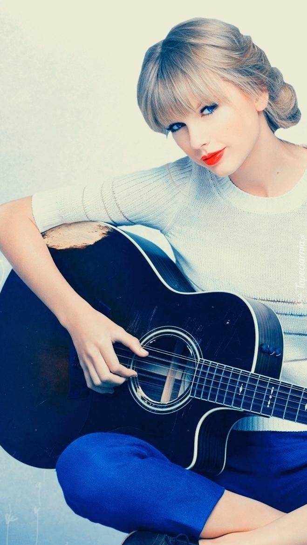 Taylor Swift z gitarą