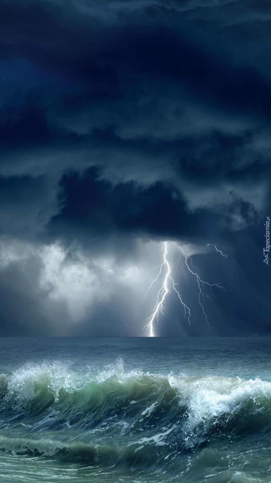 Tornado z błyskawicami nad morzem