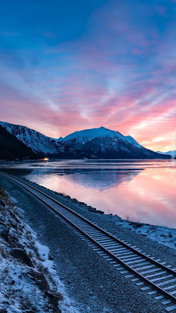 Tory kolejowe przy jeziorze