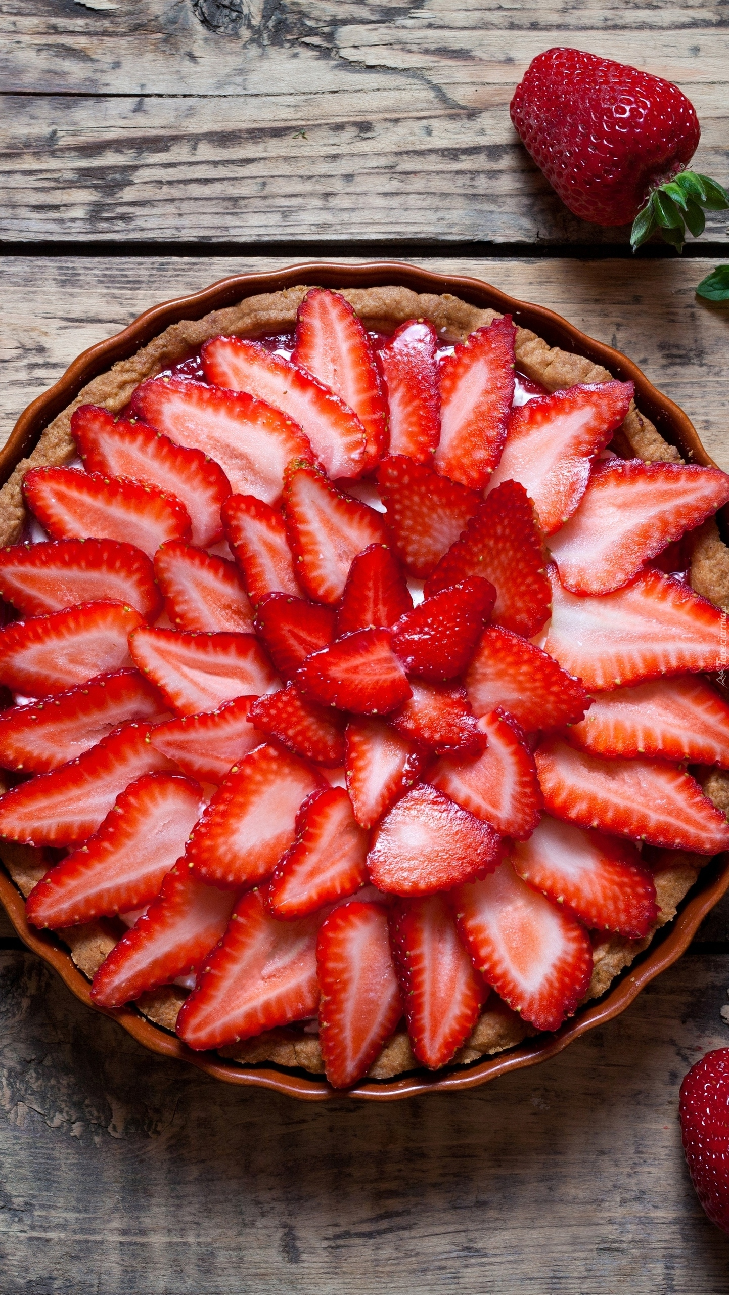 Truskawkowa tarta na talerzu