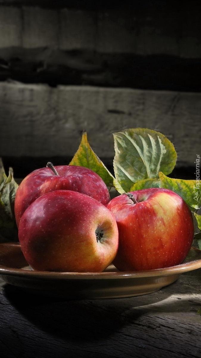 Trzy jabłka w misce