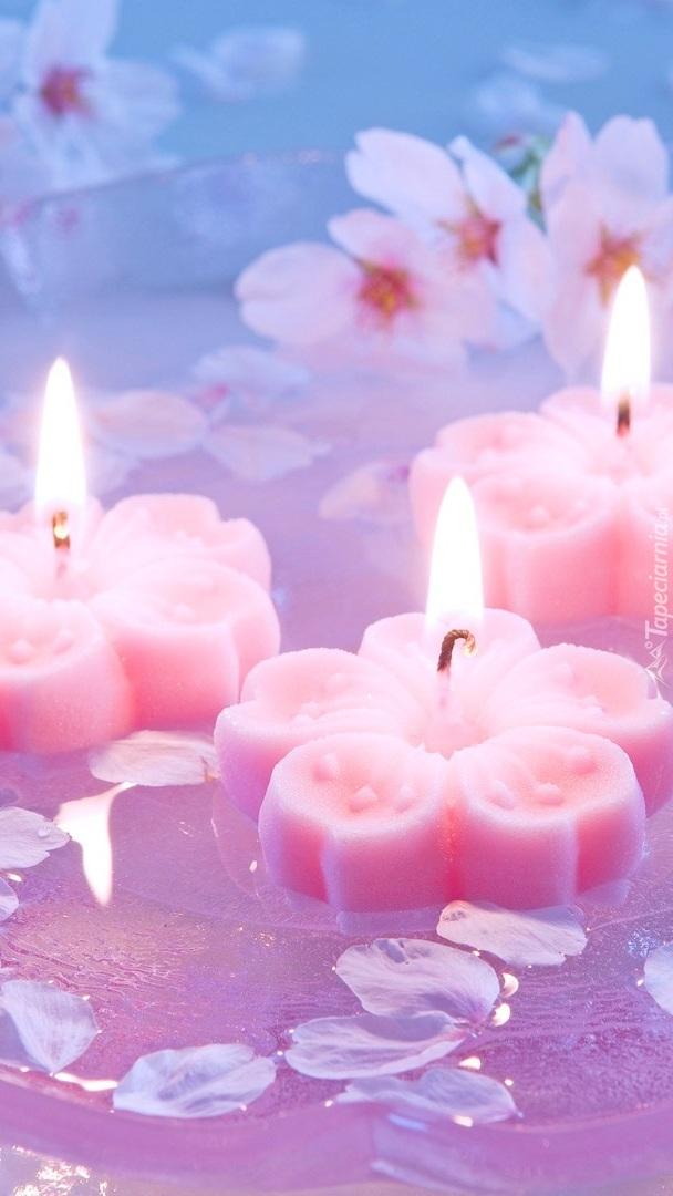 Trzy zapalone świece