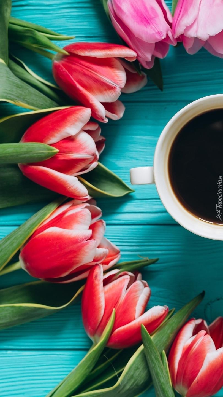 Tulipany obok filiżanki z kawą