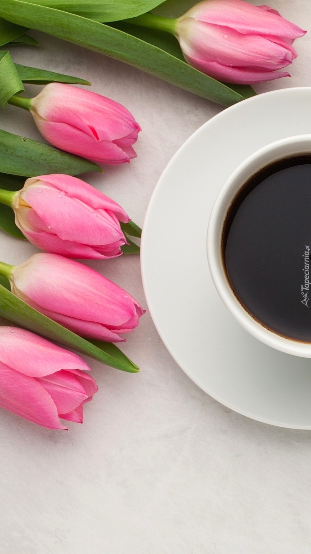 Tulipany obok kawy