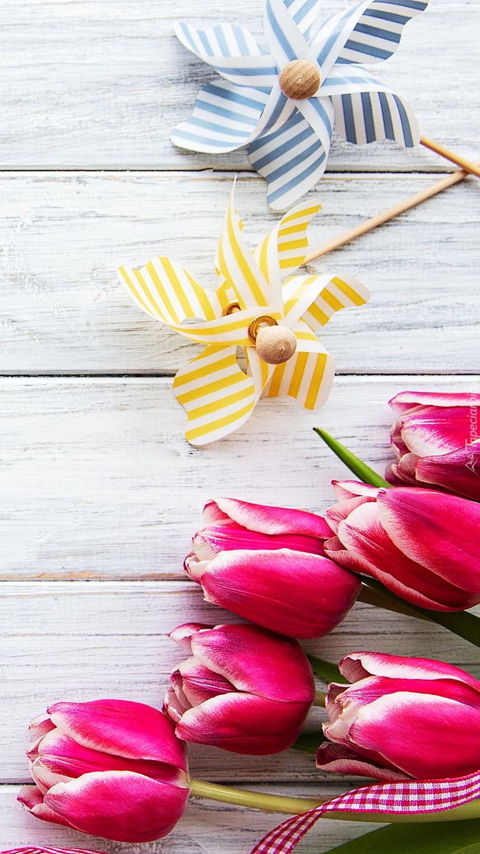 Tulipany obok wiatraczków na patyku