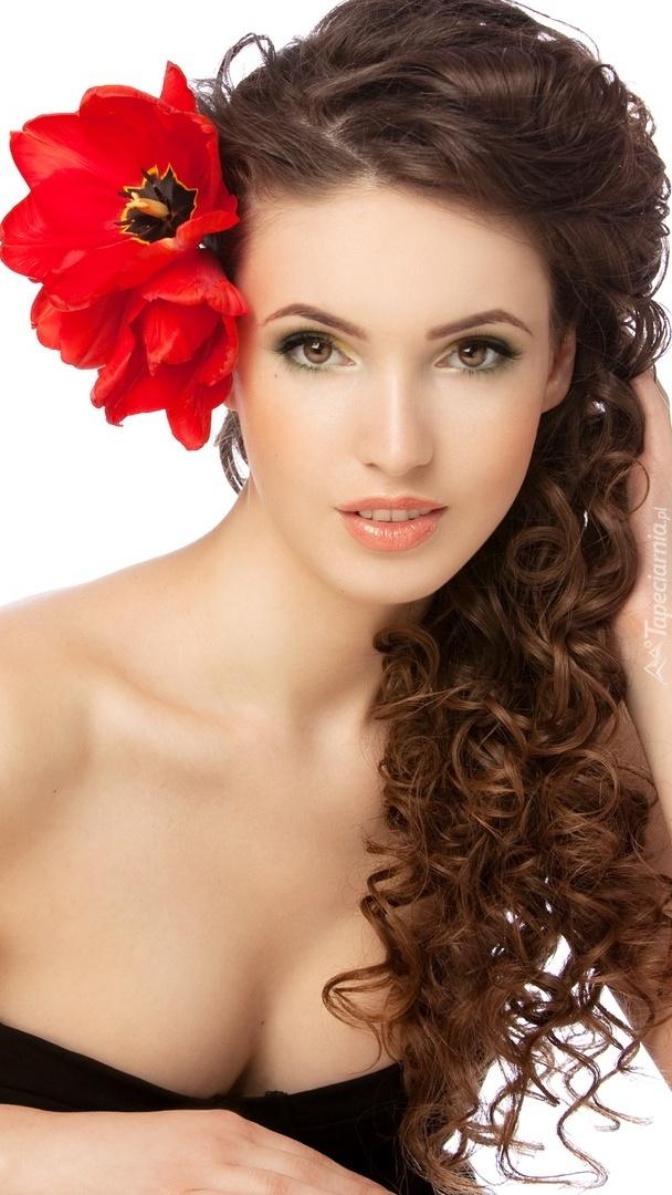 Tulipany we włosach kobiety