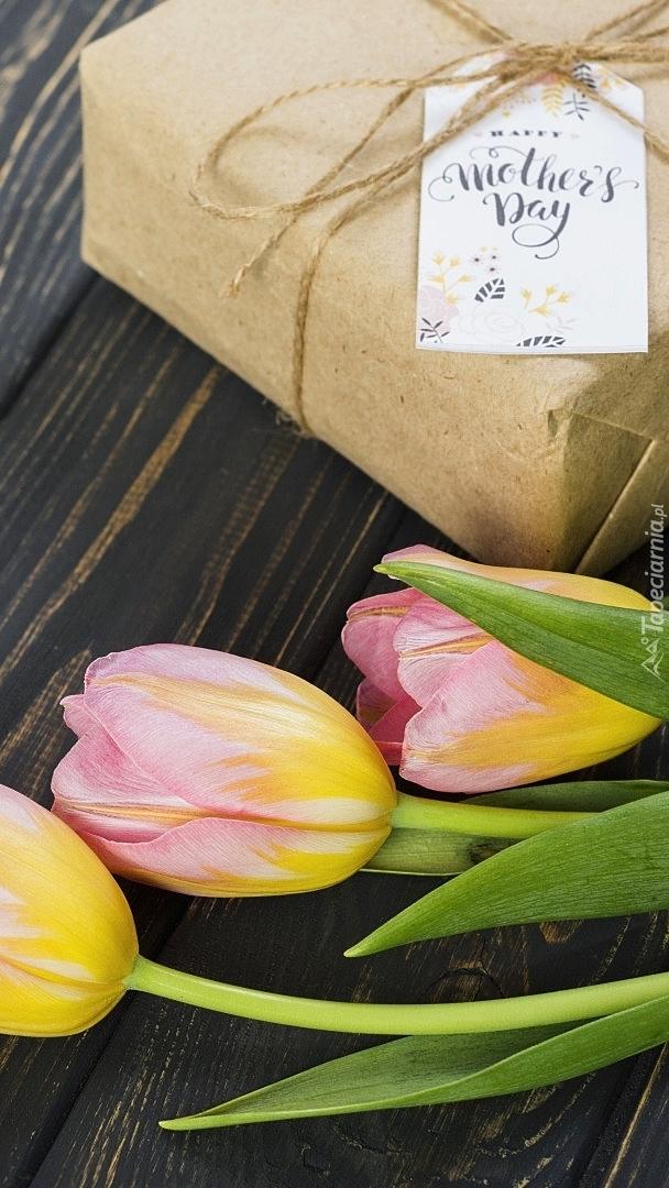 Tulipany z prezetem na Dzień Matki