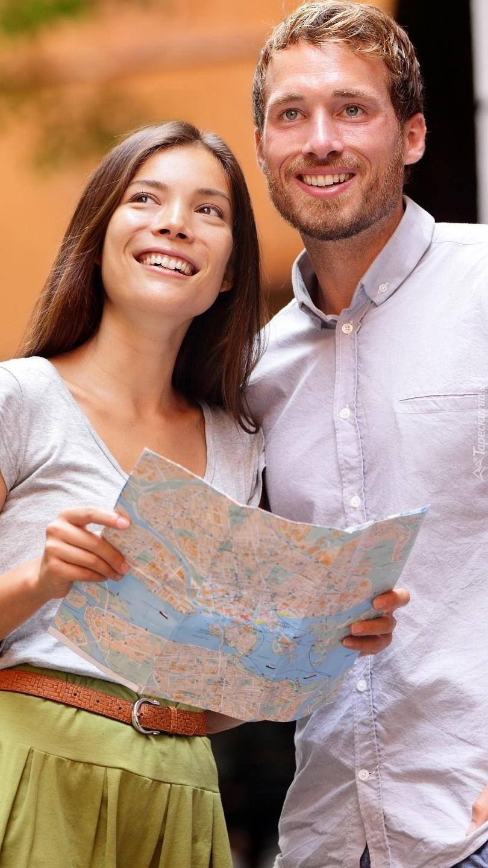 Turyści z mapą