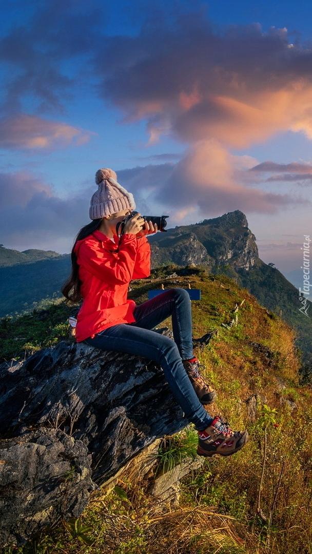 Turystyka z aparatem fotograficznym na skale
