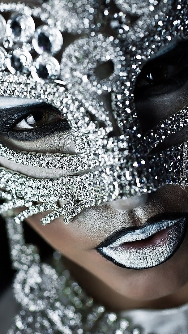 Twarz kobiety w masce