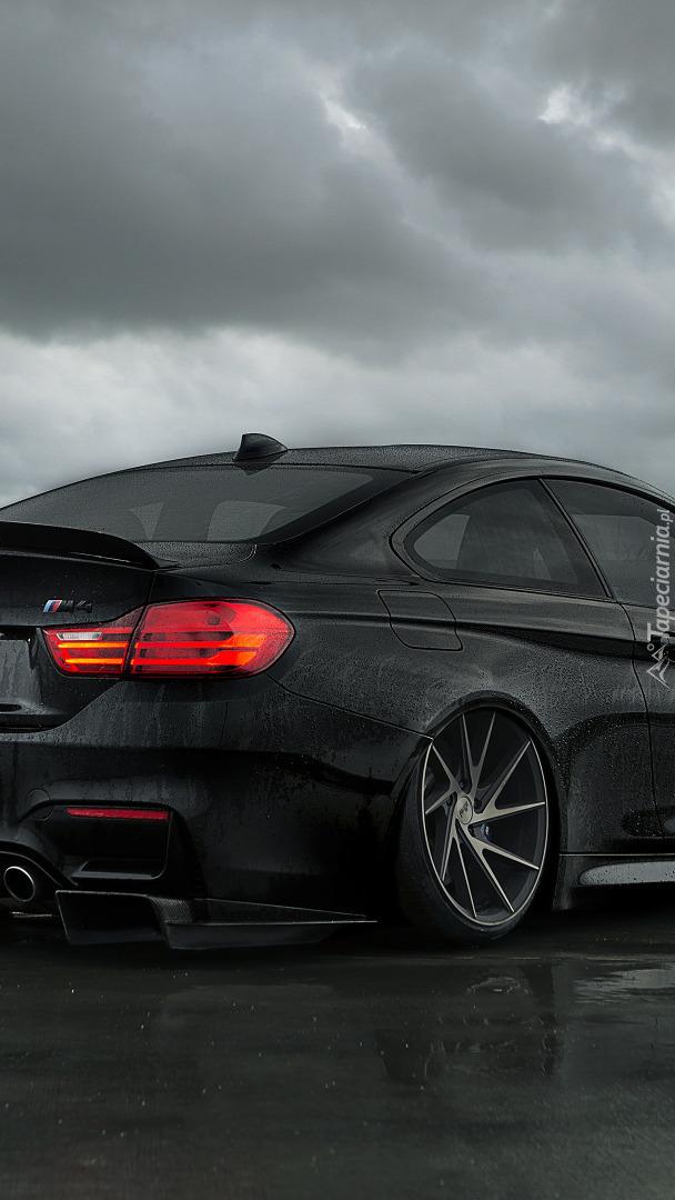 Tył czarnego BMW M4 F82