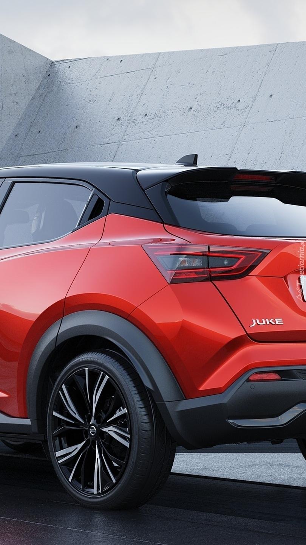 Tył czerwonego Nissana Juke II