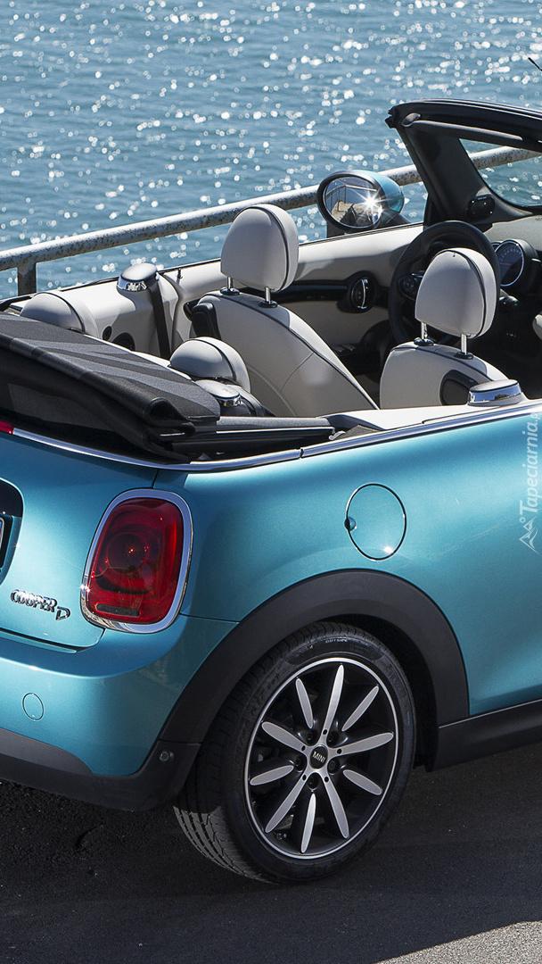 Tył niebieskiego Mini Coopera Cabrio