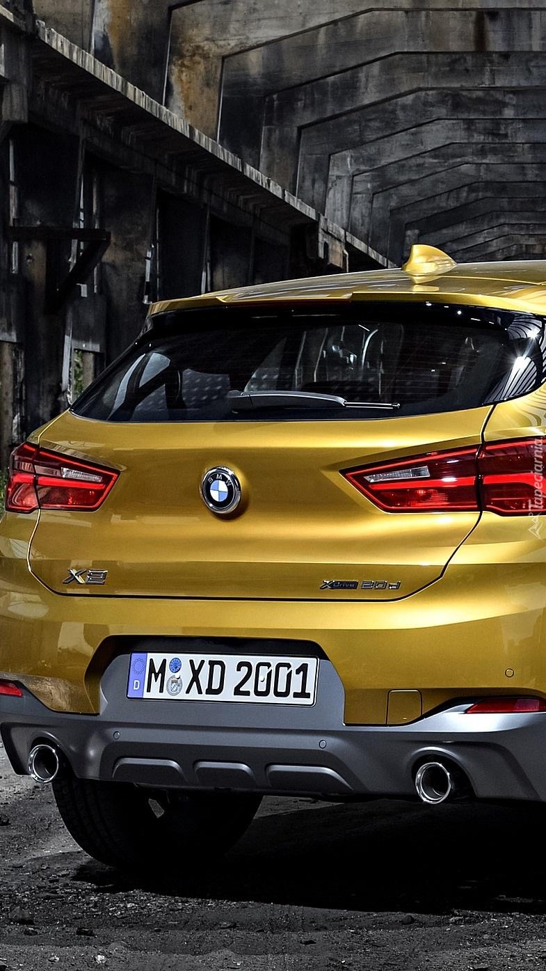 Tył żółtego BMW X2