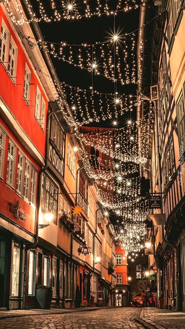 Udekorowana świątecznie uliczka