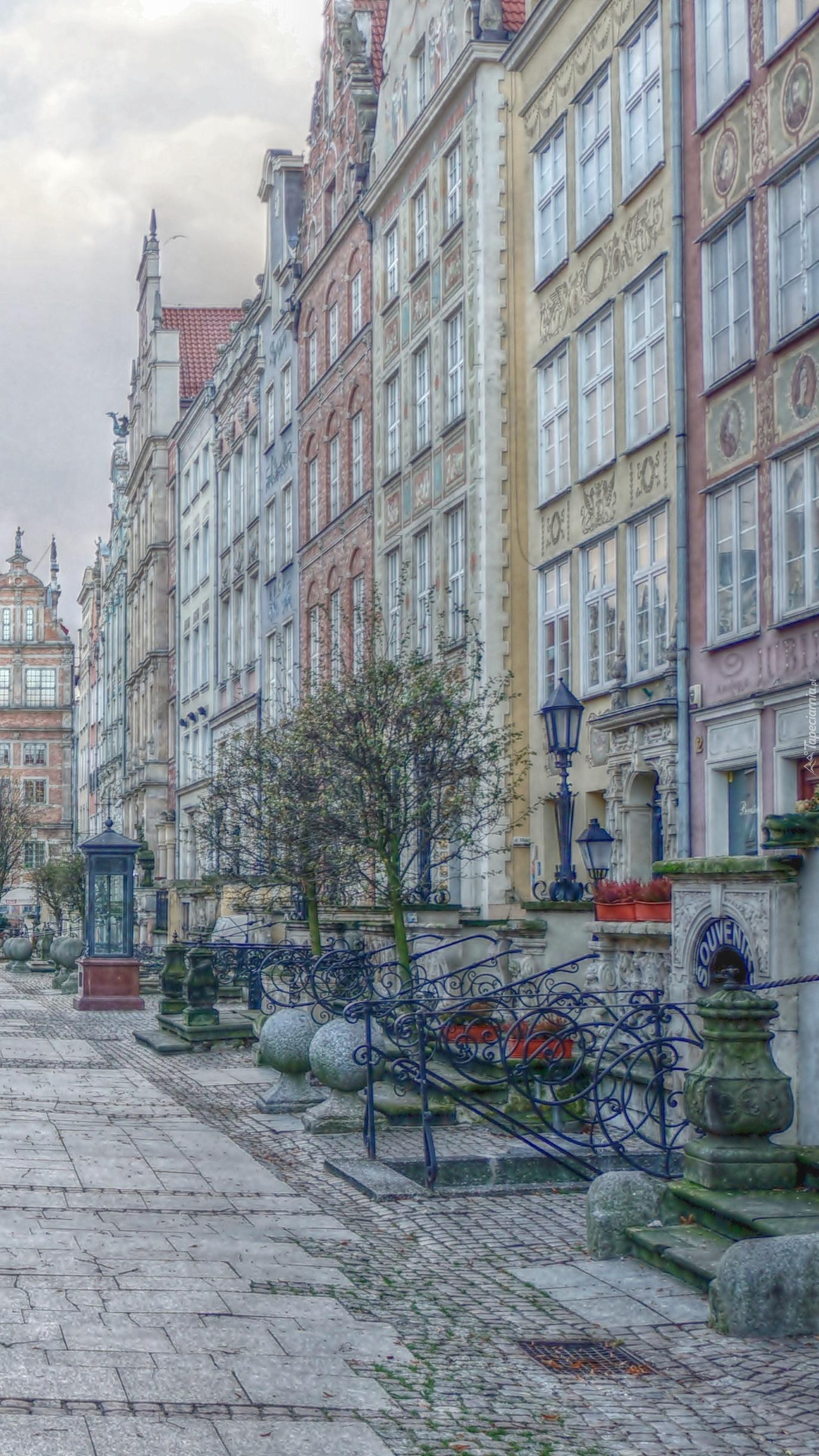 Ulica wzdłuż kamienic