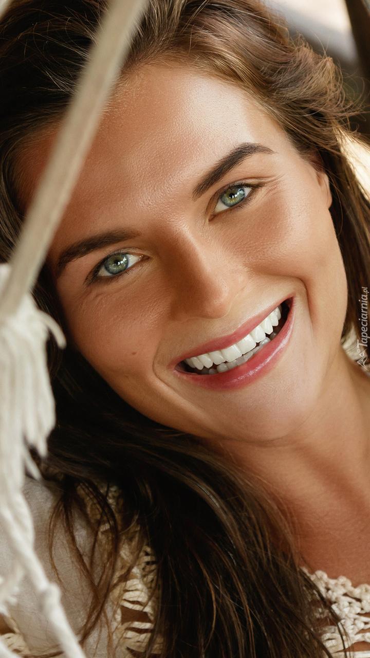 Uroczy uśmiech kobiety