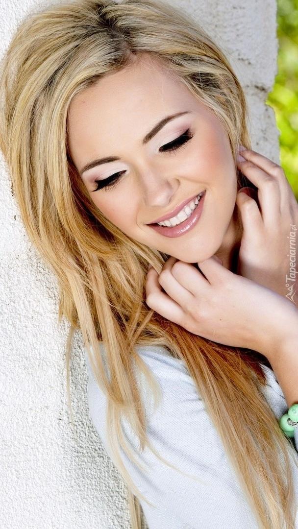 Uśmiechnięta blondynka w makijażu