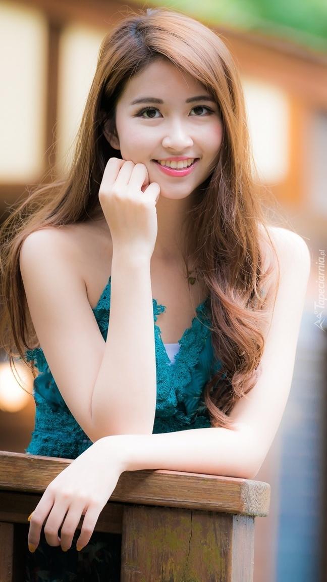 Uśmiechnięta długowłosa dziewczyna