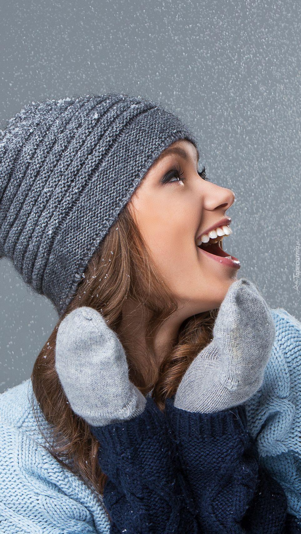Uśmiechnięta dziewczyna w czapce i rękawiczkach