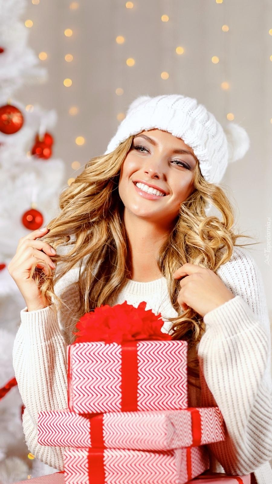 Uśmiechnięta dziewczyna z prezentami