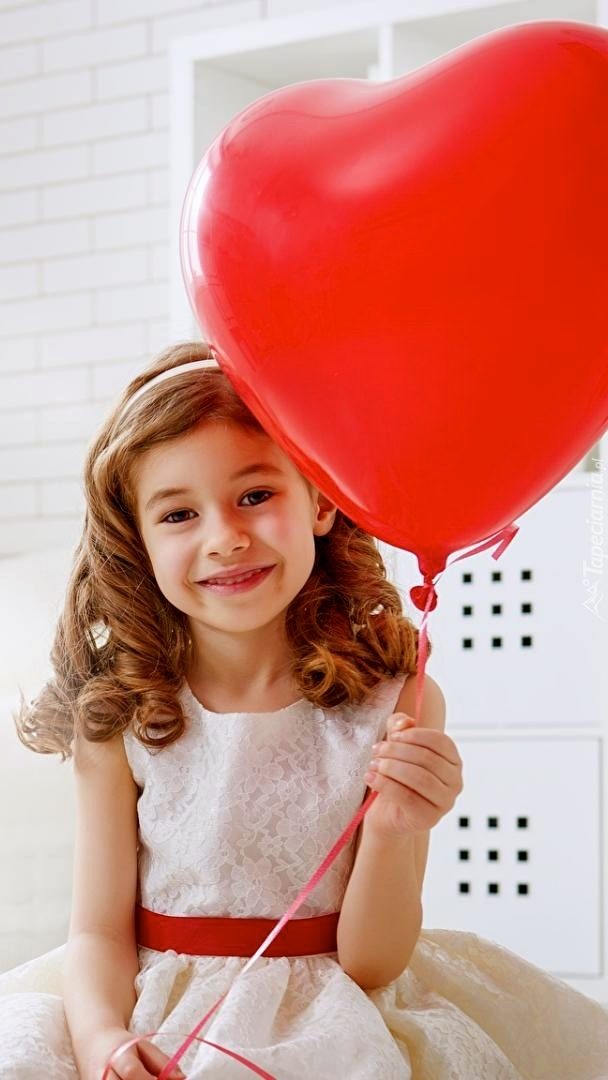 Uśmiechnięta dziewczynka z balonikiem
