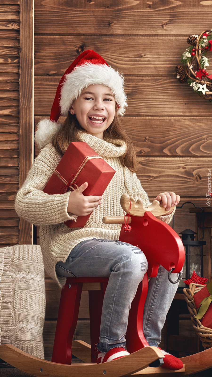 Uśmiechnięta dziewczynka z prezentem
