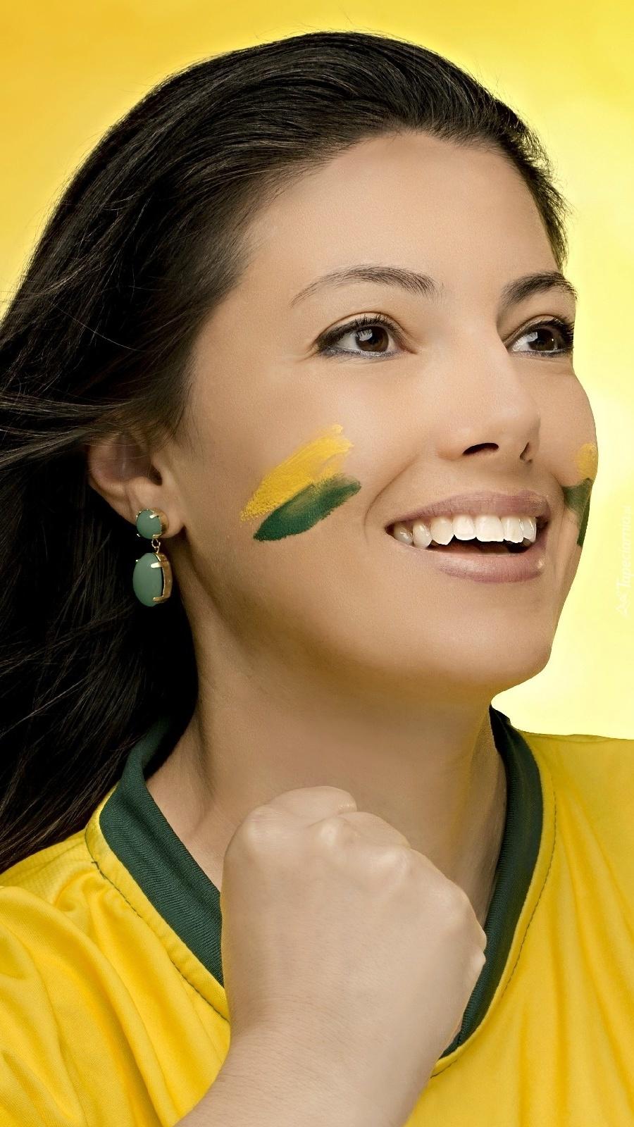 Uśmiechnięta kobieta w barwach brazylijskich