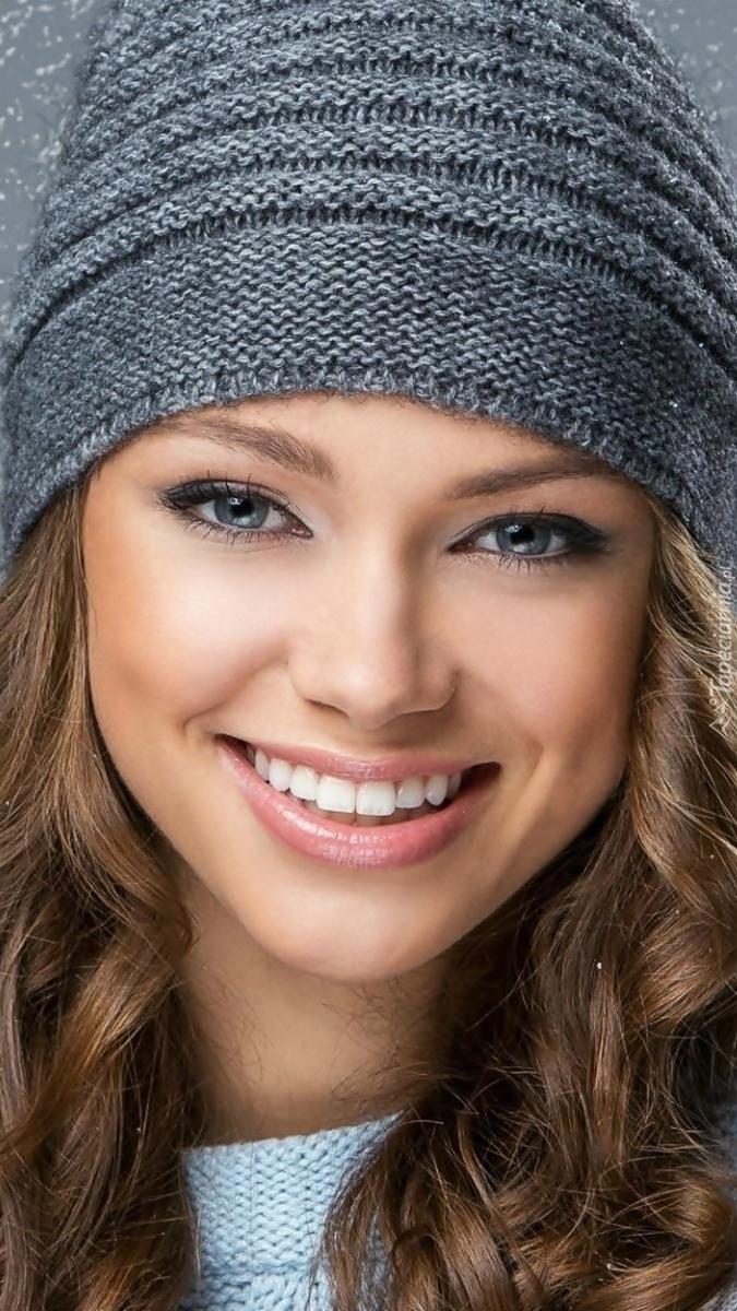 Uśmiechnięta kobieta w czapce