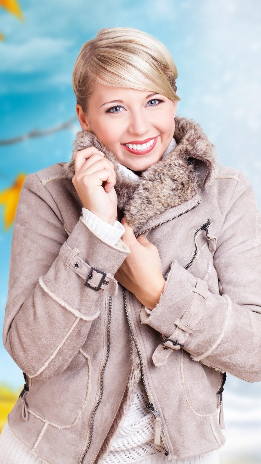 Uśmiechnięta kobieta w kurtce