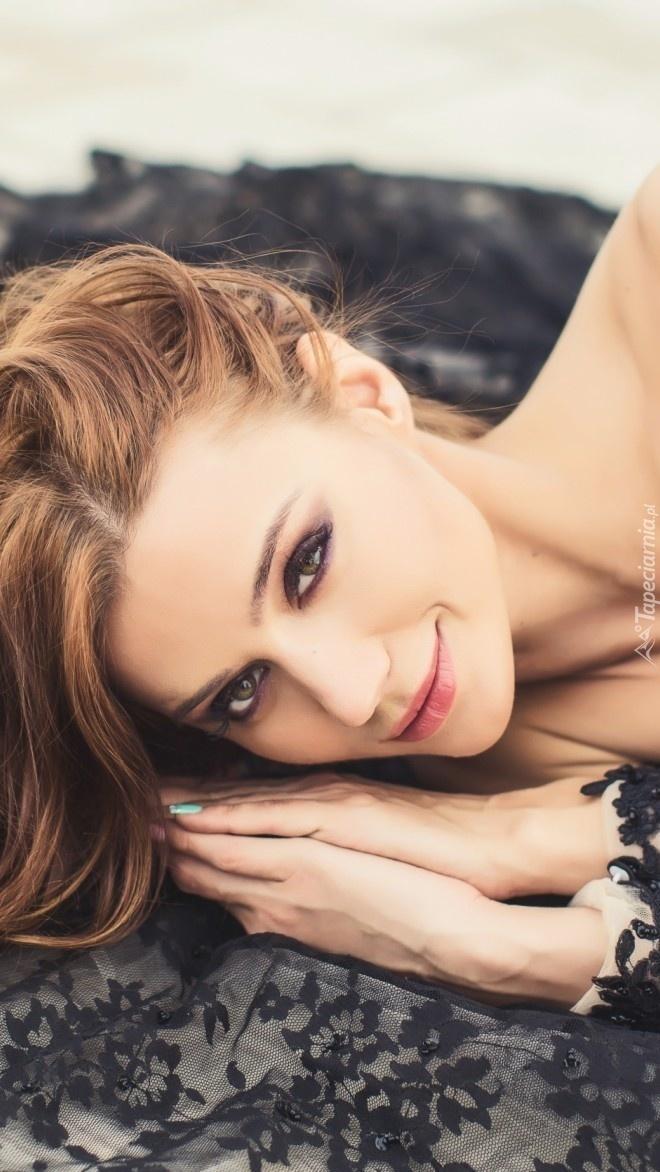 Uśmiechnięta kobieta w makijażu