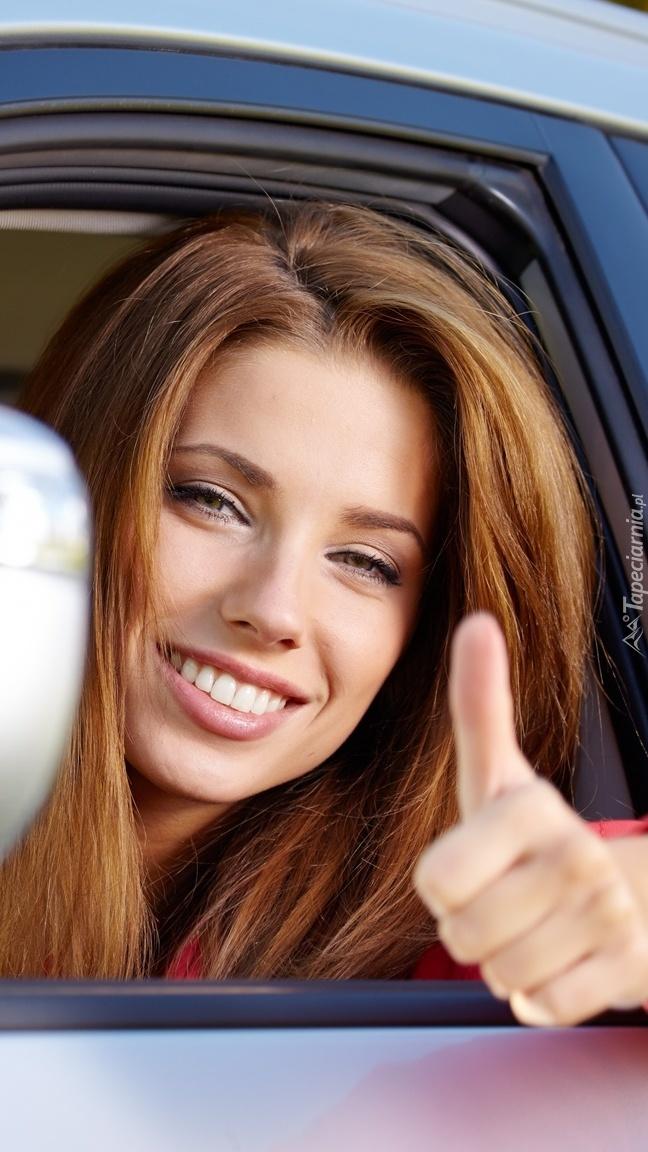 Uśmiechnięta kobieta w samochodzie