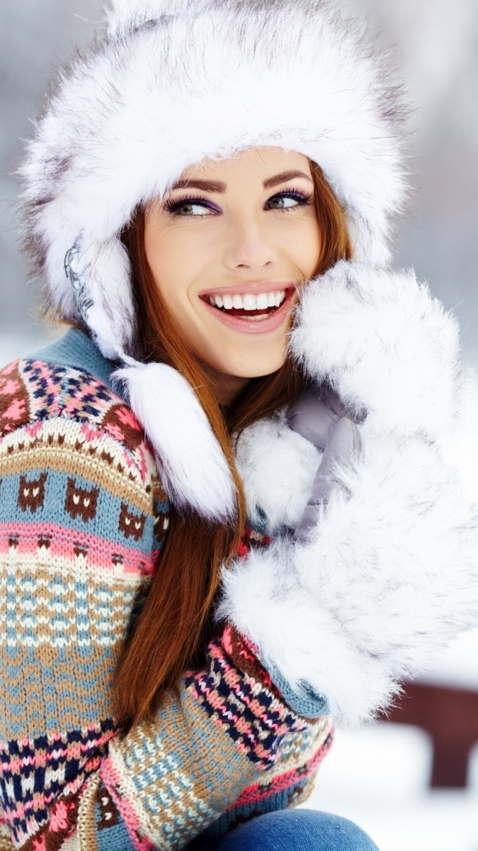Uśmiechnięta modelka w futrzanej czapce