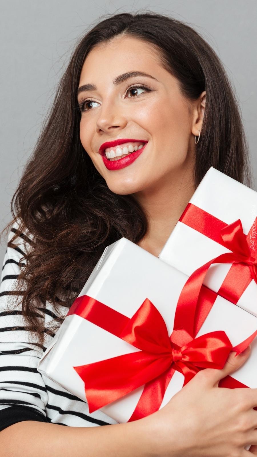 Uśmiechnięta szatynka z prezentami