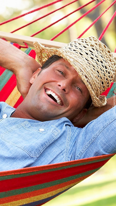 Uśmiechnięty mężczyzna na hamaku