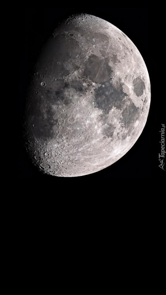 W szarości księżyca  można zauważyć punkty kraterowe