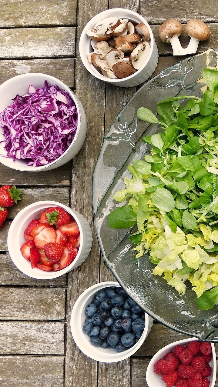 Warzywa i owoce w miseczkach
